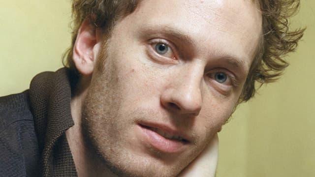 jüngerer Mann mit blauen Augen