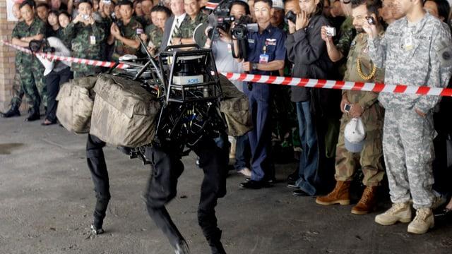 Thailändische und US-amerikanische Soldaten schauen sich eine Präsentation des Roboters Big Dog an..