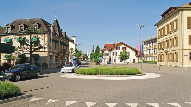 Dorfansicht von Zuchwil, ein Kreisel im Vordergrund.