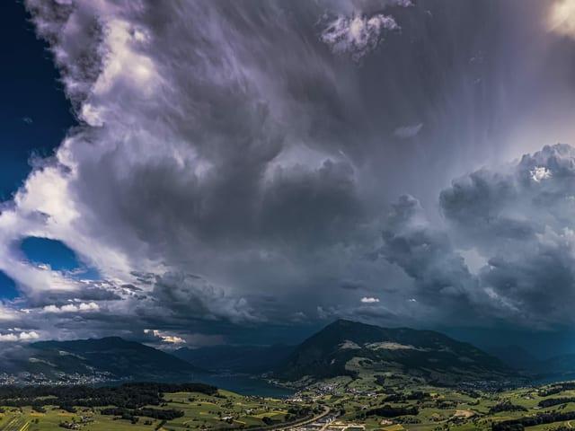 Dunkle Gewitterwolke über Berg.