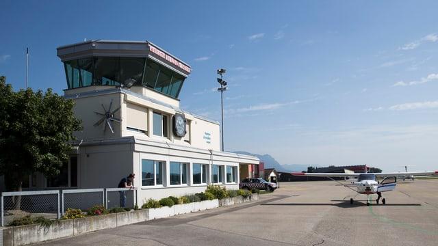 Der Tower und ein Flugzeug