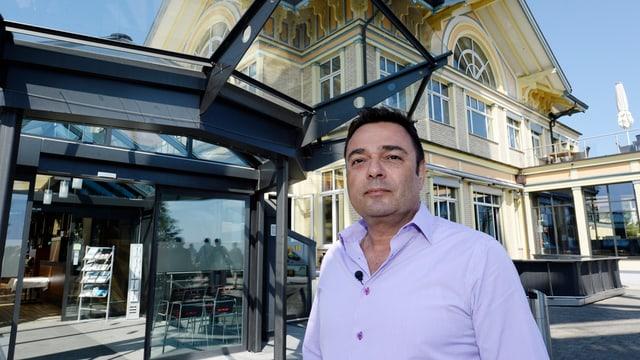 Giusepp Fry vor seinem Hotel Uto Kulm. Alle Glasbauten muss er bis Ende Jahr abreissen.