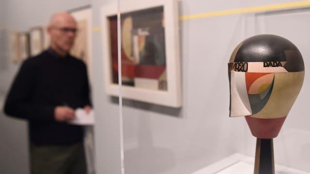 undefinierbares Kunstobjekt mit Betrachter im Hintergrund