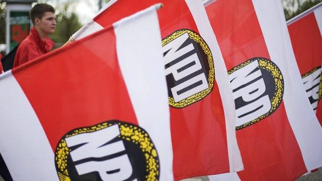 Fahnen der rechtsextremen und antisemitischen deutschen Partei NPD bei einer öffentlichen Kundgebung.