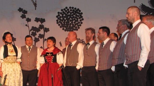Jodeln komme wieder in Mode, sagt Helga Schmid (im roten Kleid), Jurorin am diesjährigen Jodlerfest in Derendingen.