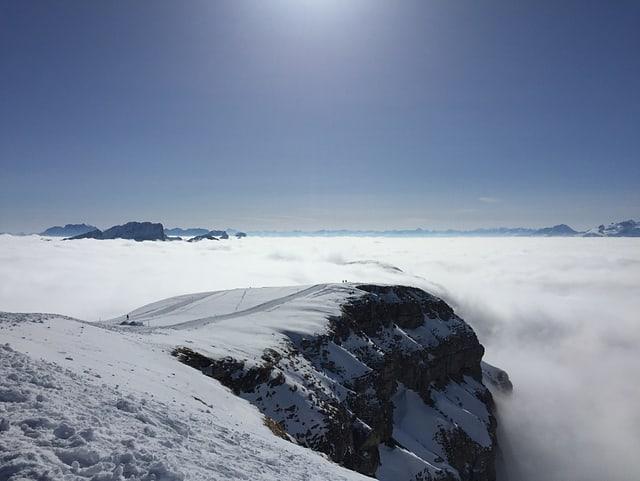 Nebelmeer, blauer Himmel, verschneite Bergspitzen, weite Sicht