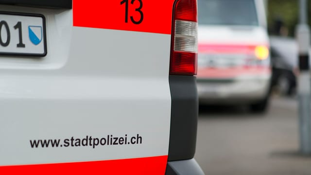 Symbolbild: Ein Polizeifahrzeug der Stadtpolizei Zürich im Vordergrund, eine Ambulanz im Hintergrund.