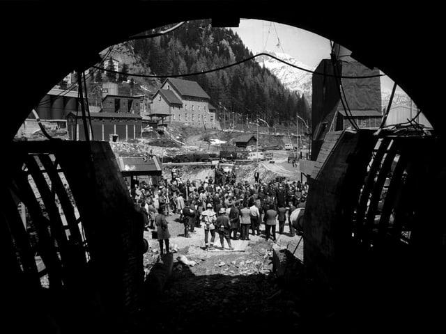 Blick auf eine Menschenmenge vor dem Tunnelportal