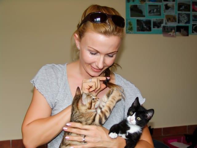 Susy Utzinger mit zwei Katzen