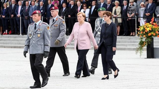 AKK ed Angela Merkel ensemen cun la Bundeswehr tar la festa da commemoraziun.