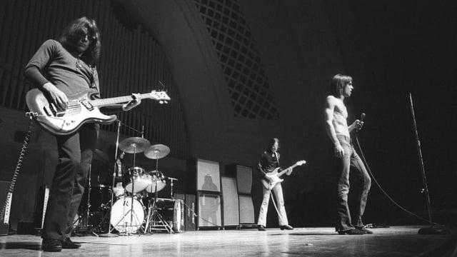 Schwarzweissbild: Rockband auf einer Bühne