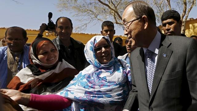 Ban Ki Moon redet mit Frauen