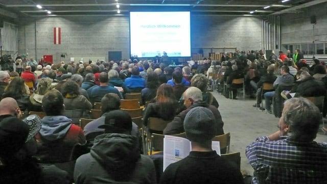 Ein Saal voller Menschen.