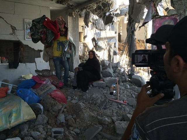 Palästinenser in zerstörtem Haus