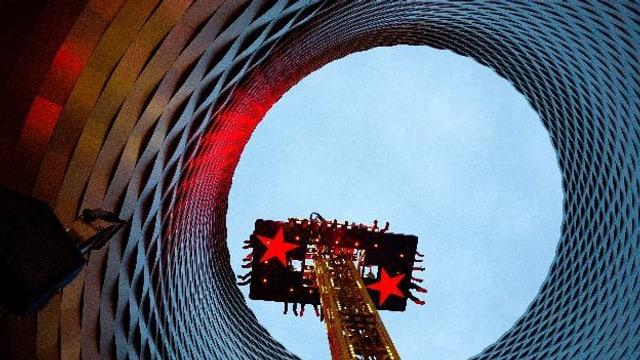 Der Freefall-Tower ragt in den Himmel - durch die City-Lounge