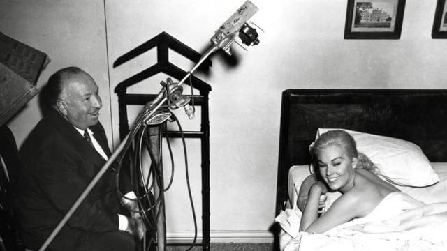 Frau im Bett. Mann bei den Dreharbeiten