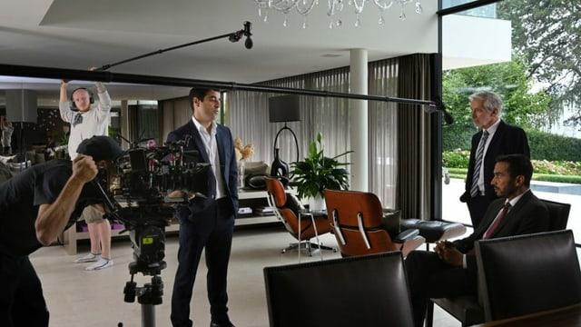 Dreharbeiten zur Serie «Cellule de Crise – Ohne Grenzen» in einer Luxusvilla.