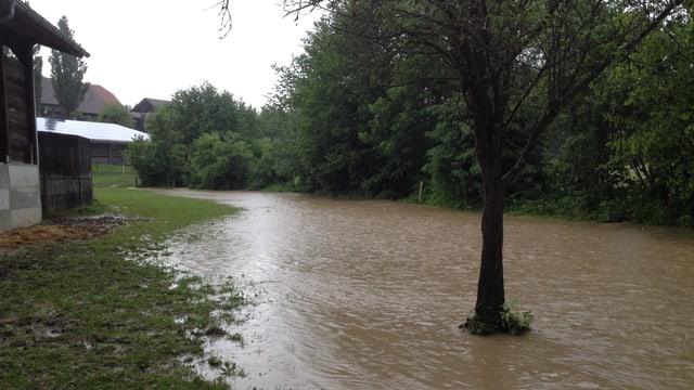 In Deisswil trat schon am 8. Juni ein Bach über die Ufer.