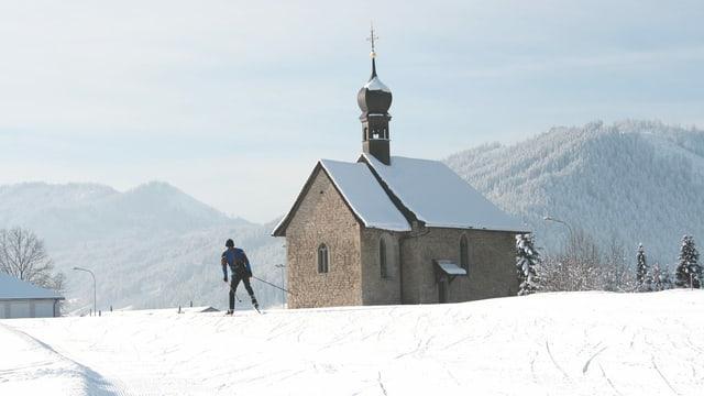 Mann vor Kapelle in Einsiedeln