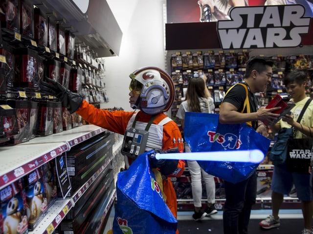 Ein als Luke Skywalker verkleideter Chinese kauft «Star Wars»-Gadgets.