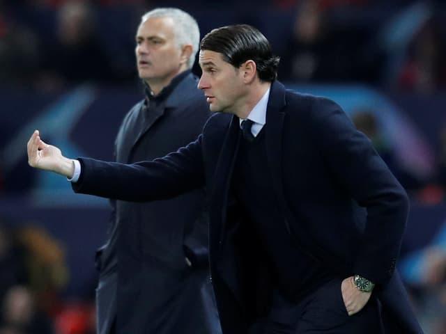YB-Coach Gerardo Seoane, im Hintergrund Manchesters José Mourinho.