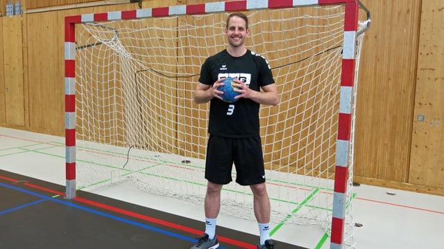 Daniel Fellmann steht in einem Handballtor und hält einen Ball in den Händen.