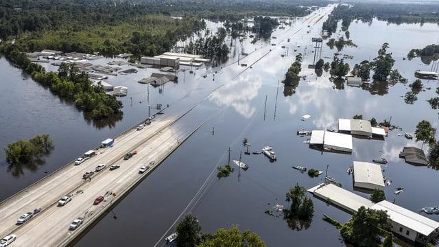 Überflutete Strassen und Häuser