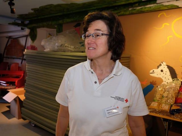 Elfie Ehrat steht im Keller, in dem die Waren an Bedürftige verteilt werden.