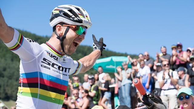 il ciclist Nino Schurter sa legra da sia victoria