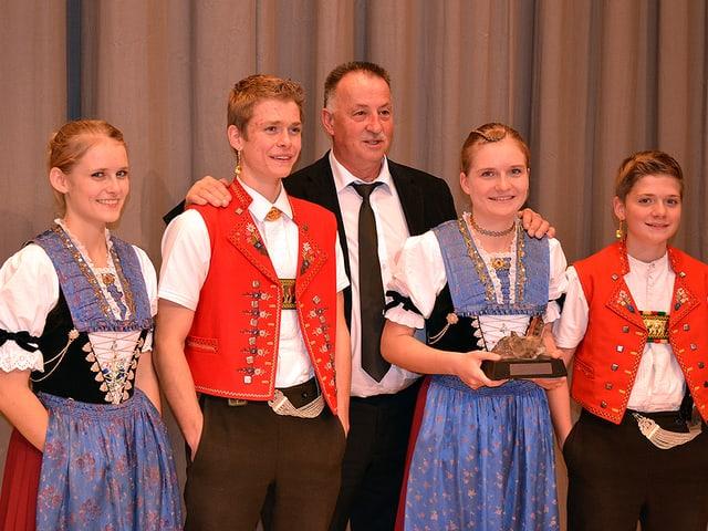 Vier junge Menschen in Appenzeller Tracht.