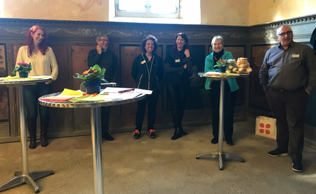 Da sanester: Leonie Barandun-Alig (manadra da project), Johannes Flury (president Lia e Pro Raetia), Alice Bertogg (Lia), Aixa Andreetta (secretaria generala PGI), Lea Schneller (Pro Raetia), Martin Gabriel (secretari general da la Lia)