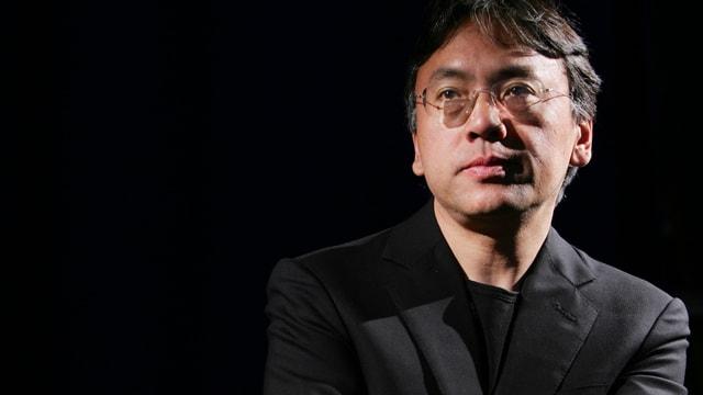 Poträt des sehr ernst guckenden Kazuo Ishiguro.