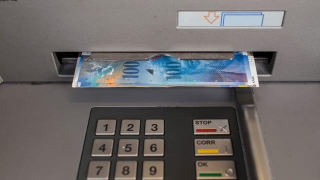 Bankautomat gibt zwei Hundert-Franken-Noten aus