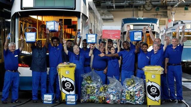 VBZ-ReinigungsmitarbeiterInnen posieren vor einem Tram