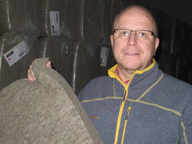 Niklaus Sägesser mit einer Schafwollplatte