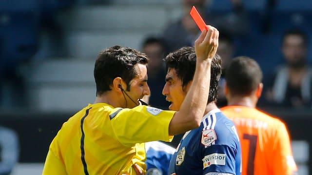 L'arbiter mussa la carta cotschna a Dario Lezcano da l'FC Lucerna