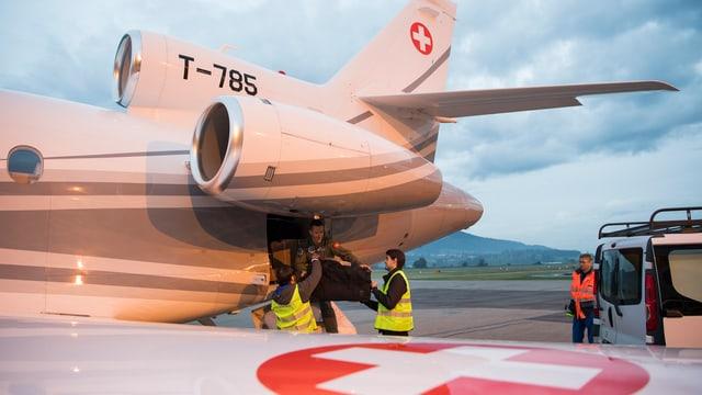 Auf dem Flughafen Bern-Belp wird der Bundesratsjet mit Hilfsgütern für Haiti beladen.
