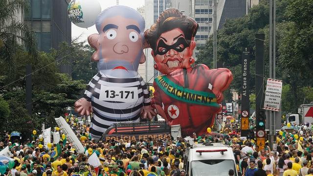 Protestzug mit übergrossen Puppen