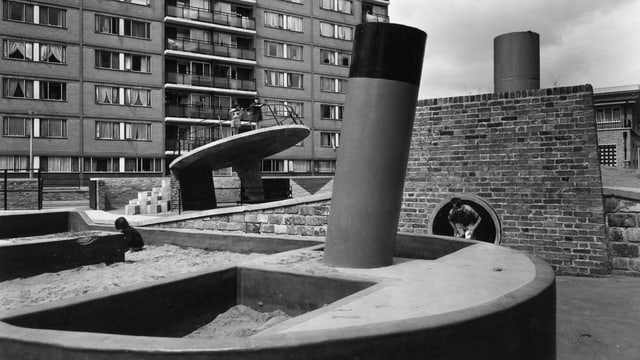 Spielplatz der Siedlung «Churchill Garden», 1956 in London.