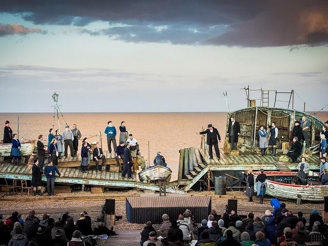 Szenenbild aus der Aufführung von «Peter Grimes» am Strand von Aldeburgh.