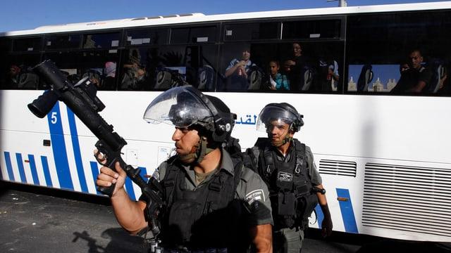 Israelische Soldaten vor einem öffentlichen Bus.