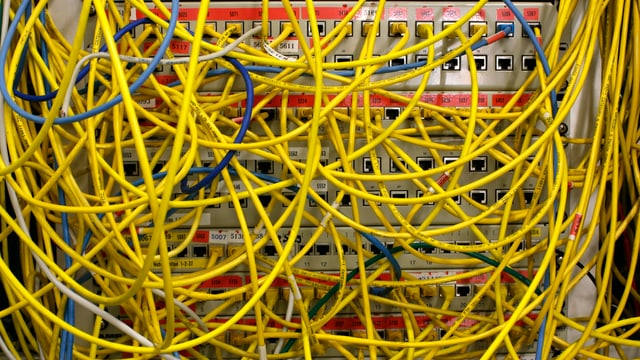 Router mit Kabelsalat.
