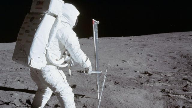 Astronaut auf der Mondoberfläche neben dem Sonnensegel
