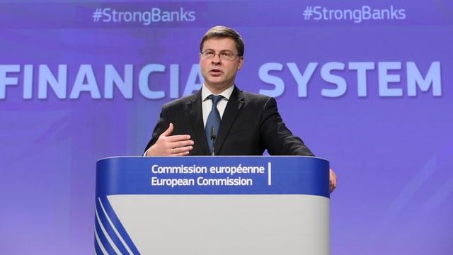 EU-Kommissar Dombrovskis stellt die neuen EU-Reglen für ausländische Banken vor.