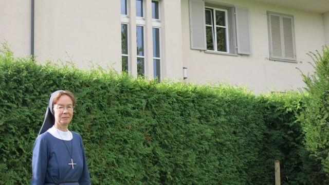Schwester Nadja vor dem Gästehaus in Baldegg