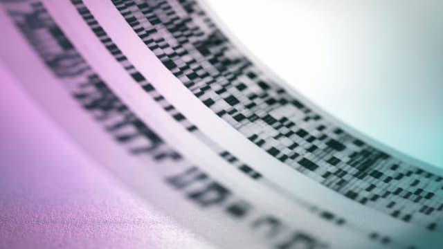 Ein DNA-Code auf einem transparenten Plastikbend.