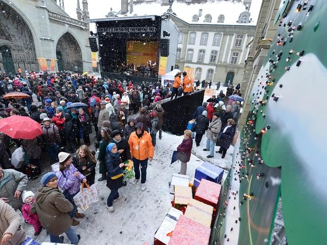 Münsterplatz mit Menschen.