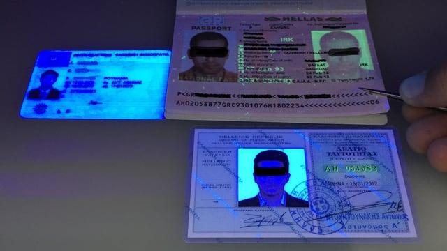 Purtret dals passaports confiscai da la duana.