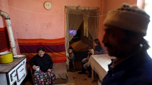 Roma-Familie in einem Haus