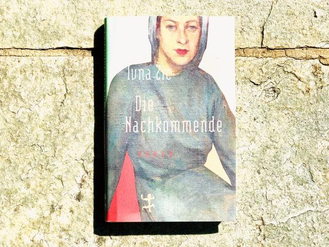 Der Roman «Die Nackommende» von Ivna Žic liegt auf einer Steinplatte